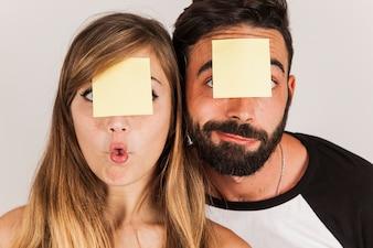 Un couple drôle avec poste est sur la tête