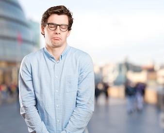 Un jeune homme inquiet avec un geste de tristesse