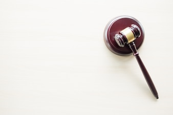 Un marteau sur un bureau en bois marron, un droit, un avocat et un concept de justice