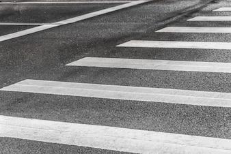 Un panneau de circulation sur une route asphaltée