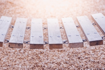 Un pont de chaîne en bois dans une aire de jeux, un fond de copeaux de bois floue.