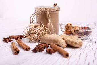 Un smoothie brun sain avec des noix et du gingembre repose sur la table