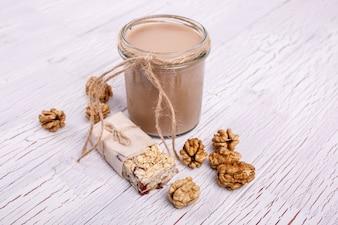 Un smoothie brun sain avec des noix repose sur la table