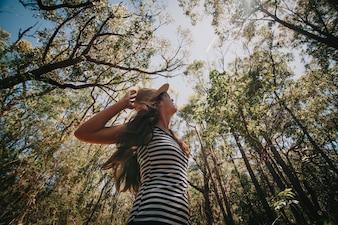Une femme apprécie la nature dans la forêt australienne.
