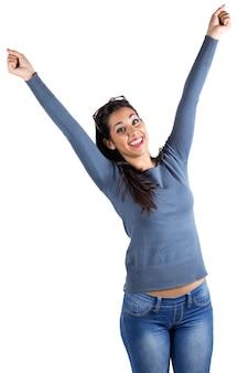 Une femme heureuse célébrant quelque chose