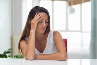 Une jeune femme d'affaires fatiguée souffrant de la tête