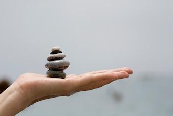 Une main tenant un tas de pierres