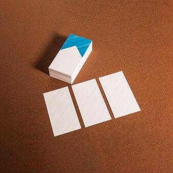 Une pile et trois cartes d'affaires individuelles