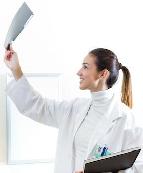 Uniforme examen médical femme de bonne humeur