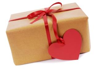 Valentine présente avec le coeur cadeau de forme tag