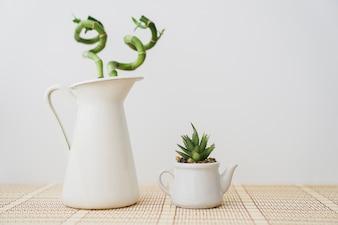 Vase blanc au bambou et aux fleurs