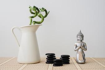 Vase en bambou, pierres noires et figure de Bouddha