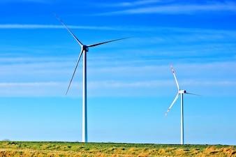 Ventilateurs de vent avec une journée sans nuages