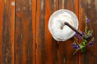 Verre de café glacé froid mis sur une vieille table