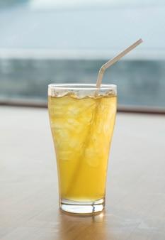 Verre de thé aux chrysanthèmes glacés