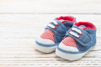 Vêtements paire de chaussures de l'enfance en bois
