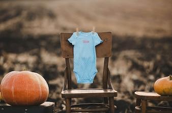 Vêtements pour bébé pendu à une chaise