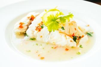 Viande de filet de poisson à la vapeur avec sauce citron et épicée