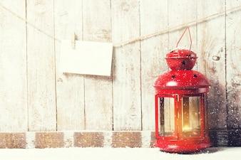 Vieille lampe rouge avec une corde avec une enveloppe