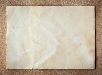 Vieille texture du papier sur le fond du panneau en liège avec de l'espace.