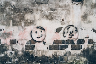 Vieux batiments; graffitis sur les murs blancs