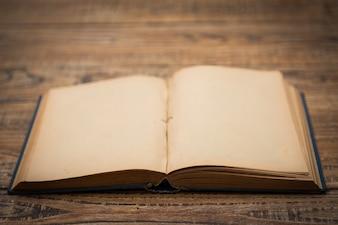 Vieux livre ouvert sur une table en bois