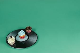 Vinyle avec trois petits gâteaux délicieux