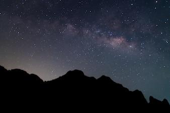 Voie lactée et silhouette de la montagne