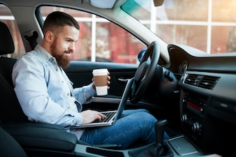Voiture d'affaires automobile barbe adulte