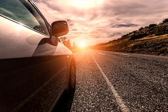 Voyage en voiture par une route ensoleillée