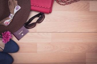 Vue aérienne des accessoires pour femme voyageur