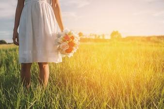 Vue arrière d'une adolescente tenant son bouquet