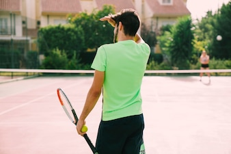 Vue arrière du joueur de tennis