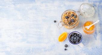 Vue de dessus bocal en verre avec des céréales et des bleuets