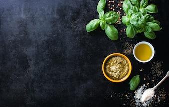 Vue de dessus de condiments et d'herbes aromatiques