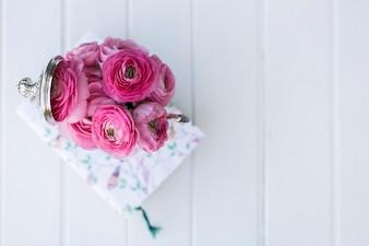 Vue de dessus de la surface blanche avec des fleurs roses et livre