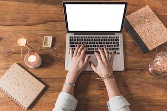 Vue de dessus des mains de travail avec un ordinateur portable