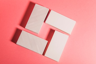 Vue de dessus des piles de cartes d'affaires