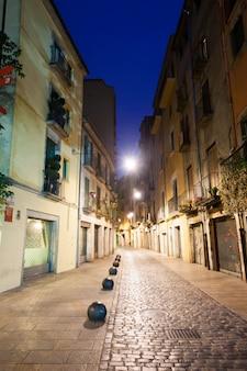 Vue de nuit de la vieille rue étroite de la ville européenne
