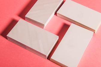 Vue rapprochée des piles de cartes d'affaires