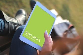 Femme avec l'iPad Mini
