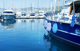 Yachts bleus dans la mer