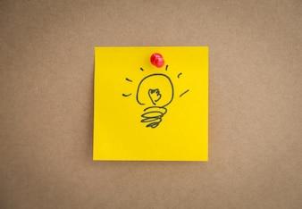 Yellow post-it avec une ampoule dessinée