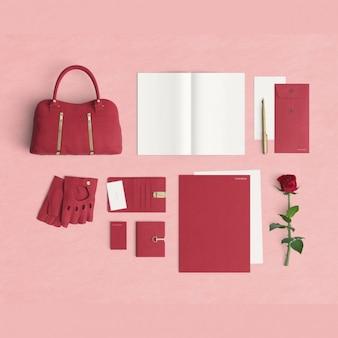 área de trabalho do sexo feminino com acessórios e uma rosa