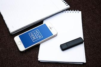 Bloco de notas espiral com Smartphone e Flash Drive PSD Mockup