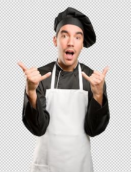 Chef contento haciendo gesto de llamada