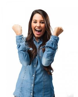 Chica celebrando su felicidad