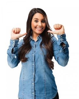 Chica feliz señalándose a sí misma