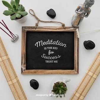 Cita en pizarra con decoración de yoga