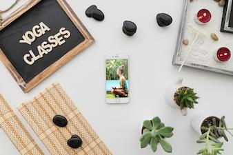 Composición pacifica de yoga con smartphone